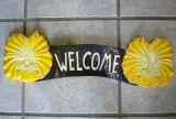 Tiki Holz Schild - Welcome / Hibiskus gelb