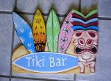 Tikis Woodie Sign/large - Tiki Bar mit Surfboards