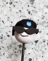 Antennenball-Cool Men mit schwarzer Sonnenbrille und Mütze